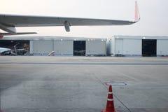 Aviones parqueados cerca del hangar Avión de carga en el campo de aviación Flete aéreo comercial Puesta del sol que mancha en el  foto de archivo