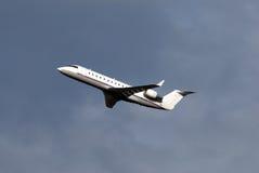 Aviones pocos momentos después del despegue Imagen de archivo libre de regalías