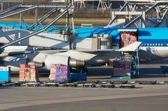 Aviones que descargan el cargo Imagen de archivo libre de regalías