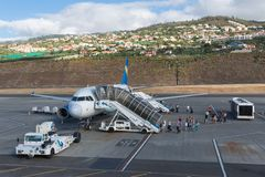 Aviones que esperan a pasajeros en el aeropuerto de Funchal en Madeira, Portugal Foto de archivo