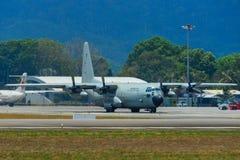 Aviones que llevan en taxi en la pista del aeropuerto de Langkawi fotos de archivo