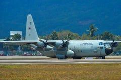 Aviones que llevan en taxi en la pista del aeropuerto de Langkawi fotos de archivo libres de regalías