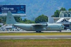 Aviones que llevan en taxi en la pista del aeropuerto de Langkawi imagenes de archivo