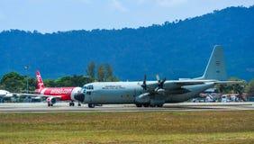 Aviones que llevan en taxi en la pista del aeropuerto de Langkawi foto de archivo libre de regalías
