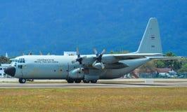 Aviones que llevan en taxi en la pista del aeropuerto de Langkawi imágenes de archivo libres de regalías