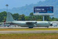 Aviones que llevan en taxi en la pista del aeropuerto de Langkawi fotografía de archivo