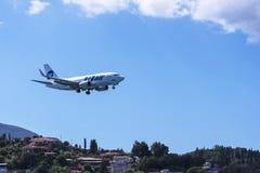 Aviones que sacan o que aterrizan en Kanoni, sobre la iglesia de Panagia Vlacherna y la isla del ratón en la isla griega de Corfú Imagen de archivo