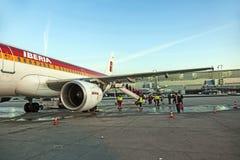 Aviones que se colocan en el terminal 2 Fotografía de archivo