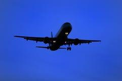 Aviones que se preparan para aterrizar Fotos de archivo libres de regalías
