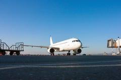Aviones que se preparan para tomar servicio en tierra Fotografía de archivo