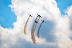 Aviones que vuelan en leavin del cielo azul un rastro foto de archivo