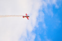 Aviones que vuelan en leavin del cielo azul un rastro fotografía de archivo