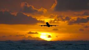 Aviones que vuelan sobre el océano tropical asombroso en la salida del sol Destinos del viaje de la República Dominicana almacen de video