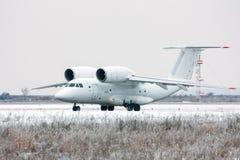 Aviones raros de carreteo en aeropuerto del invierno Imagen de archivo libre de regalías