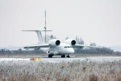 Aviones raros de carreteo en aeropuerto del invierno Foto de archivo libre de regalías
