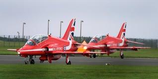 Aviones rojos del halcón del equipo de la exhibición de las flechas, jet rápido moderno Imagen de archivo libre de regalías