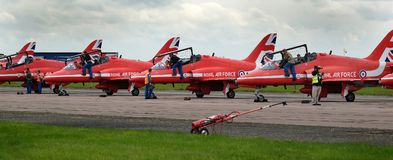 Aviones rojos del halcón del equipo de la exhibición de las flechas, jet rápido moderno Fotos de archivo libres de regalías