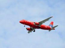 Aviones rojos más valientes azules de JetBlue Airbus A320 que honran el cuerpo de bomberos de FDNY New York City Imagen de archivo libre de regalías