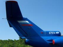 Aviones rusos postales del cargo de la cola azul grande en el fondo del cielo imagenes de archivo