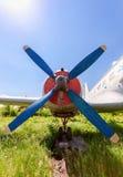 Aviones rusos viejos del turbopropulsor en el aeródromo abandonado Foto de archivo