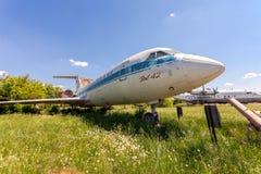 Aviones rusos viejos Yak-42 en un aeródromo abandonado Fotos de archivo libres de regalías