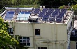Aviones solares encima de la casa en Hong Kong imagenes de archivo