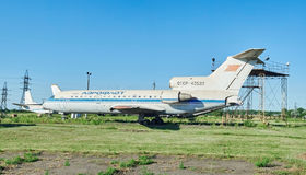 Aviones soviéticos viejos YAK-42 en un aeródromo abandonado Imagen de archivo