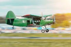 Aviones verdes retros del vintage del propulsor de turbo que vuelan sobre el coche en el aeropuerto Foto de archivo libre de regalías