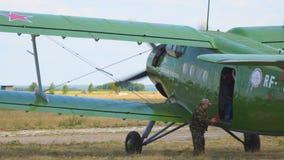 Aviones viejos del biplano en el campo de aviación Los pasajeros dejan el avión almacen de metraje de vídeo