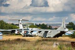Aviones viejos en el aeródromo abandonado Imagenes de archivo