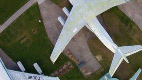 Aviones viejos en el museo de la aviación en Kiev almacen de video