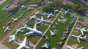 Aviones viejos en el museo de la aviación en Kiev metrajes