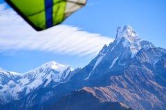 Aviones y árboles ultraligeros y pico coronado de nieve en el fondo en las montañas de Himalaya, Nepal imagenes de archivo