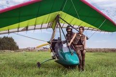 Aviones y muchacha ultraligeros con el hombre Fotografía de archivo