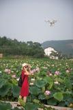 Aviones y mujer en fondo del loto Imagenes de archivo