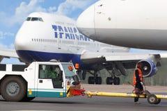 Aviones y trabajadores del aeródromo en el aeropuerto Imágenes de archivo libres de regalías
