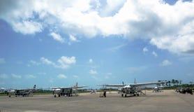 Avions à courte portée prêts pour des passagers chez Philip S.W. Goldson Airport à Belize Image libre de droits