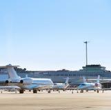 Avions à l'aéroport Images stock