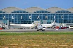 Avions à l'aéroport d'Alicante Photos stock