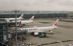 Avions à l'aéroport de Haneda à Tokyo, Japon Photographie stock