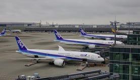 Avions à l'aéroport de Haneda à Tokyo, Japon Photos libres de droits