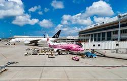 Avions à l'aéroport de Naha Photographie stock libre de droits