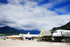 Avions à l'aéroport de Paro à Thimphou, Bhutan Images libres de droits
