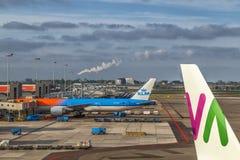 Avions à l'aéroport de Schiphol à Amsterdam, mai 2017 Images libres de droits
