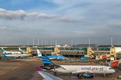 Avions à l'aéroport de Schiphol à Amsterdam, mai 2017 Photo stock
