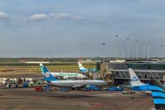 Avions à l'aéroport de Schiphol à Amsterdam, mai 2017 Photographie stock