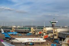 Avions à l'aéroport de Schiphol à Amsterdam, mai 2017 Photos libres de droits