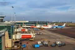 Avions à l'aéroport de Schiphol à Amsterdam, mai 2017 Image libre de droits