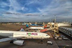 Avions à l'aéroport de Schiphol à Amsterdam, mai 2017 Photos stock