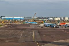 Avions à l'aéroport de Schiphol à Amsterdam, mai 2017 Images stock